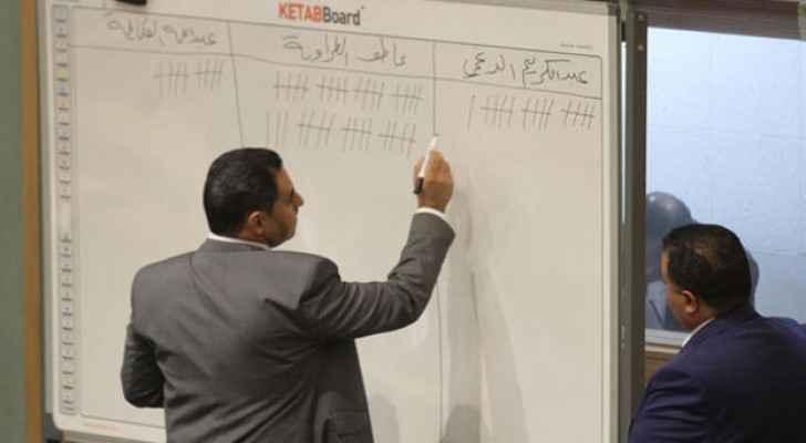 موظفا مجلس نواب يسجلان أرقام الفرز لانتخابات رئاسة المجلس