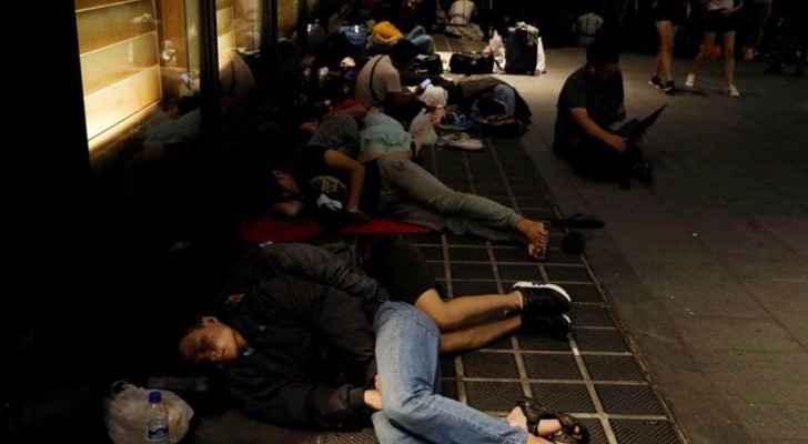 """يقضون ليلتهم خارج متجر أبل في سنغافورة للحصول على """"آيفون X"""""""