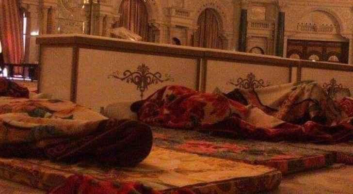 صورة متداولة عبر مواقع التواصل الاجتماعي من داخل الفندق الذي يأوي عدد من الموقوفين