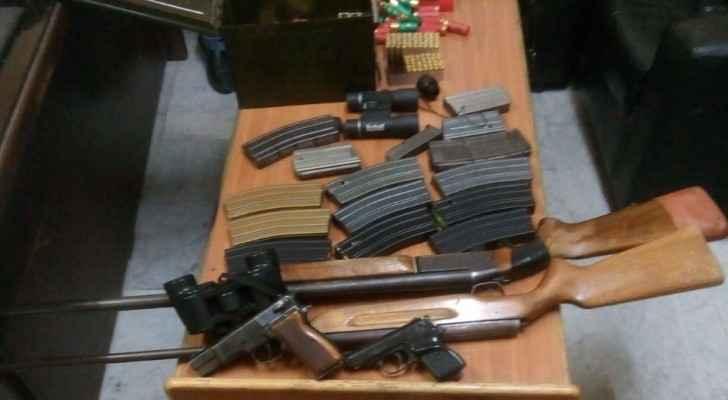 الامن يلقي القبض على شخص بحوزته اسلحة نارية وذخيرة في عمان