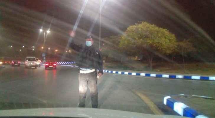 """الأمن يوزع """"الكمامات"""" على المواطنين والسائقين في عمان"""