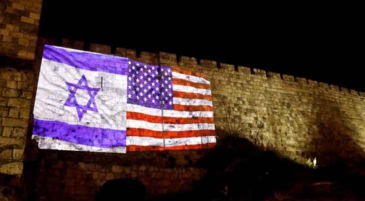 الاحتلال يضيء جدران باب الخليل بمدينة القدس بالعلمين الأمريكي والإسرائيلي