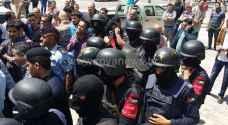 بالفيديو والصور : الأمن يفض وقفة احتجاجية في اربد