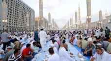 """أطول """"مائدة إفطار"""" في العالم داخل المسجد الحرام"""