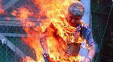 شاب يقدم على حرق نفسه بغزة
