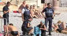 """بالصور: الشرطة الفرنسية تجبر امرأة على خلع """"البوركيني"""""""