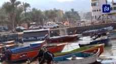 بالفيديو .. الرياح العاتية والأمواج العالية تحطم عدداً من القوارب في العقبة