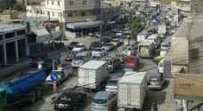 بالصور: أزمة سير خانقة بالزرقاء بعد انهيارات طريق اربد عمان