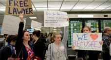 محامون أمريكيون يساعدون المسلمين المحتجزين في المطارات..صور