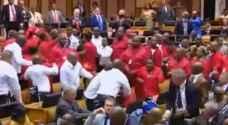 بالفيديو: 'معركة' في برلمان جنوب إفريقيا بسبب 'الرئيس'
