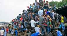 مشهد لا يصدق..كيف يستخدم البنغاليون القطار..صور