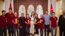 الملكة تلتقي فريق روبوستارز الفائز بأربع جوائز في المسابقة العالمية للروبوتات