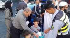 كوادر السير تعايد على المواطنين وتوزع الحلوى في إربد