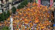 مئات آلاف الاسبان يشاركون في أول تظاهرة ضد استقلال كاتالونيا في برشلونة