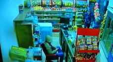 شاهد بالفيديو.. محاولة سطو على محل تجاري في اربد