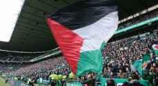 بطل إسكتلندا يرفع 16 علما فلسطينيا..فيديو