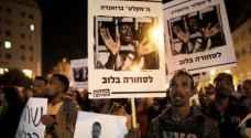 المئات يتظاهرون في تل أبيب احتجاجا على إلغاء اتفاق بشأن المهاجرين الأفارقة