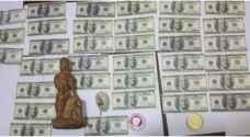 الأمن يحبط بيع قطع أثرية وعملة أجنبية مزيفة - صور