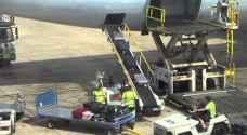 عامل أمتعة يسرق حقيبة في مطار اسباني.. فيديو