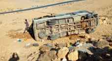 وفاة و16 إصابة بتدهور حافلة تقل عمال آسيويين في مأدبا.. صور