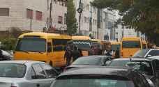 اعتصام باصات نقل الطلاب أمام وزارة النقل في عمان - فيديو