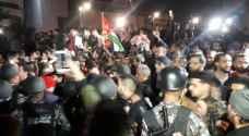 محتجون يحاولون الوصول الى الدوار الرابع.. والأمن يمنعهم - شاهد