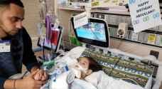 رغم قرار ترمب.. يمنية تنجح في وداع طفلها قبل مفارقته الحياة بين أحضانها - صور