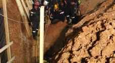 الدفاع المدني ينتشل الشخص الثاني من داخل الحفرة في القويسمة