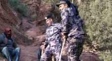 بالصور ..  الدفاع المدني ينقذ شخصين علقا داخل مطقع صخري بمحافظة الطفيلة