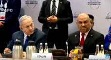 وزير الخارجية اليمني يبرر جلوسه بجانب نتنياهو وسلامه عليه.. فيديو