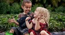 خبيرة تنصح بتعرض الأطفال للميكروبات حتى لا يصابوا بالأكزيما - فيديو