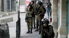 جنود الاحتلال يداهمون مدرسة ويعتقلون طفلا في الخليل