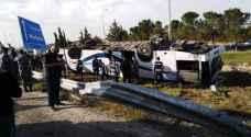وفاة و 38 إصابة بحادث تدهور حافلة على طريق المطار - صور
