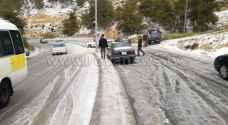 بالفيديو والصور .. انزلاق مركبات بسبب تساقط الثلوج بالطفيلة