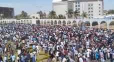 متظاهرون يقتحمون مقر البشير ويطالبون الجيش السوداني بالانحياز لهم - فيديو