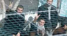 المعتقلون الفلسطينيون في سجون الاحتلال يعلقون إضرابهم عن الطعام