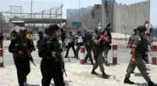 بلدية الاحتلال تفرض مخالفات على المحال والمركبات بمخيم قلنديا