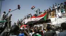 تجمع حاشد أمام مقر قيادة الجيش في الخرطوم بعد أسبوع على عزل البشير