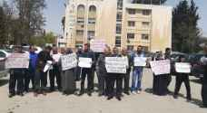 أهالي جبل النصر  يطالبون بعودة امامهم الى المسجد - صور