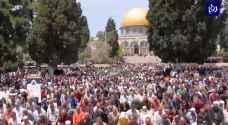 ما يقارب 200 ألفِ مصلٍ أدوْا صلاةَ الجمعةِ في المسجدِ الأقصى المبارك - فيديو