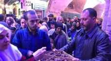 القدس .. شبان حارة النصارى يواصلون توزيع التمر والماء على الصائمين الوافدين الى الأقصى