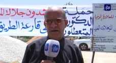 سلامة المومني يكشف سبب حرقه شهادة الدكتوراة أمام مبنى رئاسة الوزراء في عمان.. فيديو