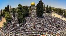 عشرات الاف المصلين يتوافدون الى الاقصى بالجمعة الاخيرة من رمضان