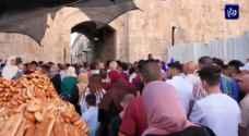 ألاف الفلسطينين يؤدون صلاة العيد في المسجد  الاقصى رغم اجراءات الاحتلال - فيديو