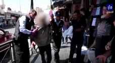 """شاهد بالفيديو .. الأمن يتعامل مع شخص """"ثمل"""" في وسط البلد بعمان"""