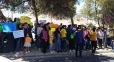 طلبة توجيهي مواليد الـ 2000 يواصلون اعتصامهم أمام التعليم العالي.. فيديو وصور