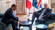 جونسون يضع قدمه على طاولة في قصر الاليزيه.. وكأنه في منزله