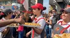 الحلويات تجتاح مظاهرات لبنان - صور