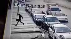 شاهد بالفيديو.. لحظة السطو المسلح على احد البنوك في منطقة المحطة بعمان