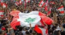 اللبنانيون يفترشون الشوارع لمنع الجيش من فتح الطرق بالقوة